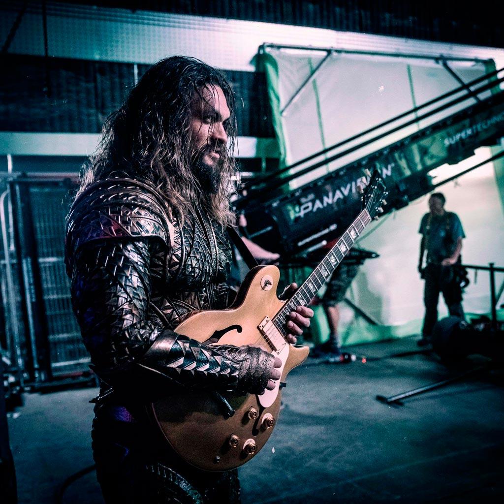 Aquaman rocanrolea en el set de La Liga de la Justicia
