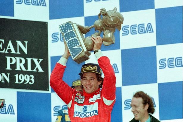 Ayrton Senna recibe un trofeo de Sonic, en el GP de Europa de 1993