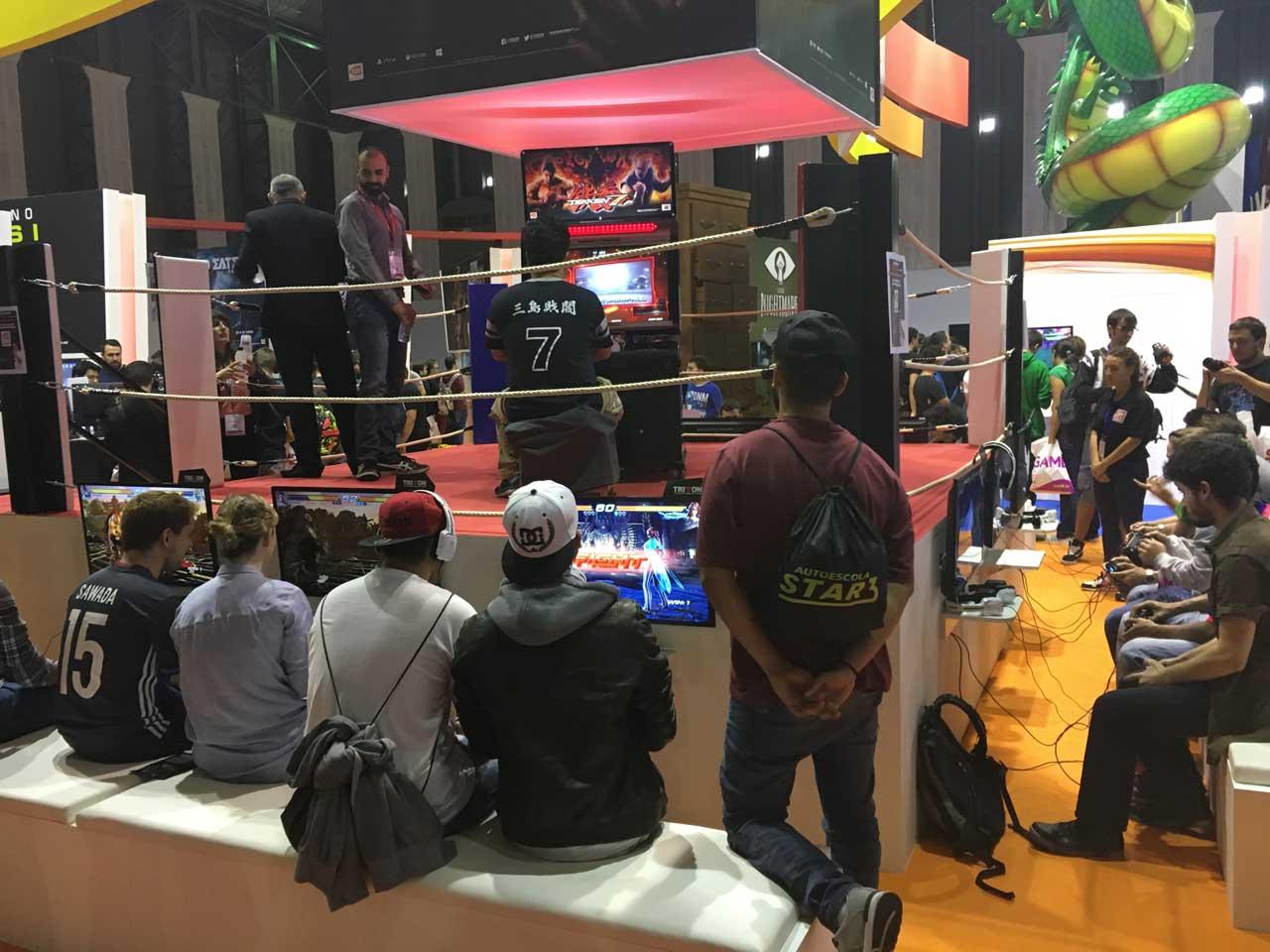 Fans jugando a Tekken 7