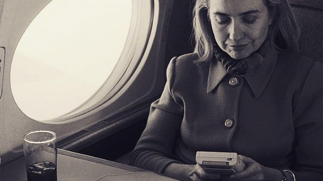 Hillary Clinton jugando a la Game Boy