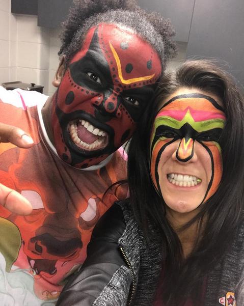 Xavier Woods y Bayley se disfrazan de Boogeyman y El Último Guerrero por Halloween
