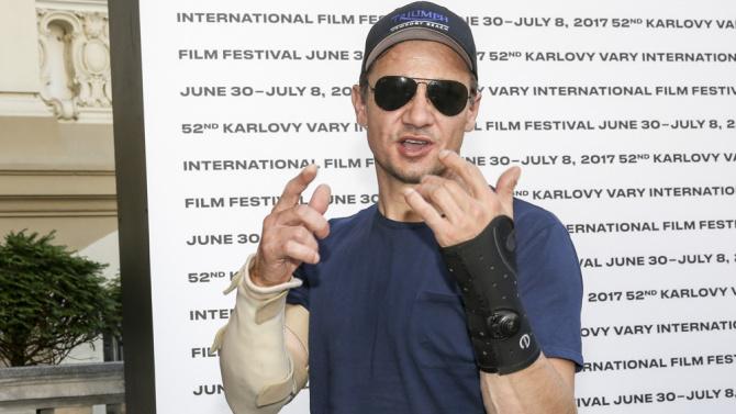 Jeremy Renner (Ojo de Halcón) brazos fracturados Vengadores: Infinity War