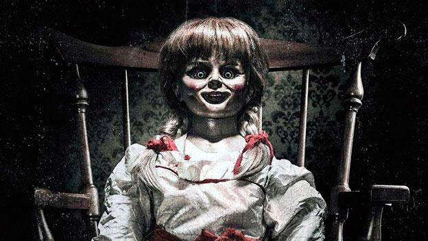 Disfrazarse de la muñeca Annabelle, además de estar de moda por el reciente estreno de la última película, es una opción fácil y rápida que se puede realizar con las cosas que tienes en casa. El maquillaje de Annabelle para Halloween se puede hacer con los productos que utilizas habitualmente, y el secreto consiste en marcar bien las facciones de la cara para parecer una muñeca.