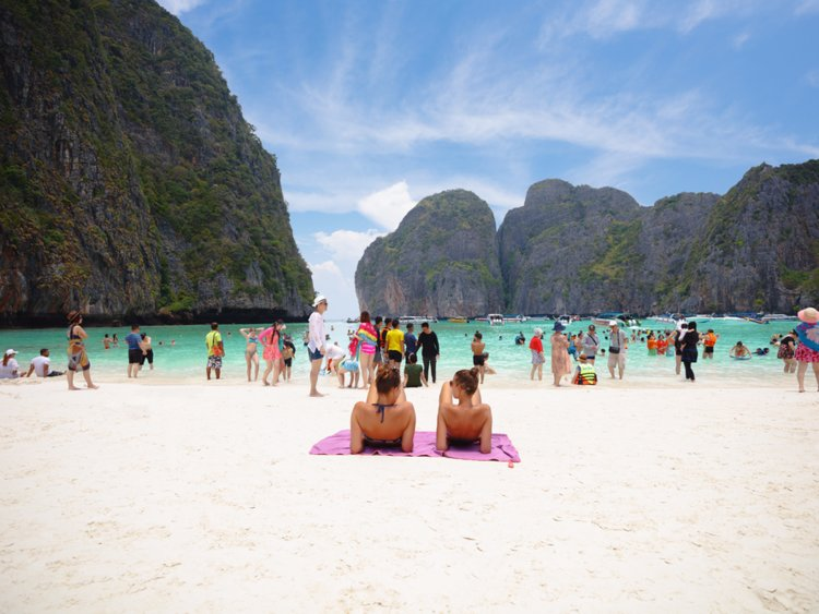 Vacaciones: amigas en la playa