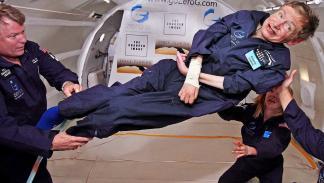 Stephen Hawking vestido como un astronauta.
