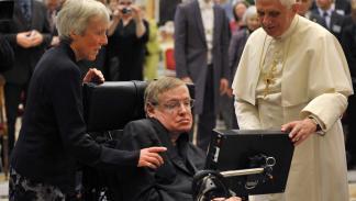 Stephen Hawking junto al papa Benedicto XVI.