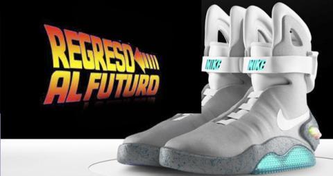Clasificar Menos que Telemacos  Regreso al futuro: Michael J. Fox se prueba las Nike Air MAG que salen a la  venta en 2016 - HobbyConsolas Entretenimiento