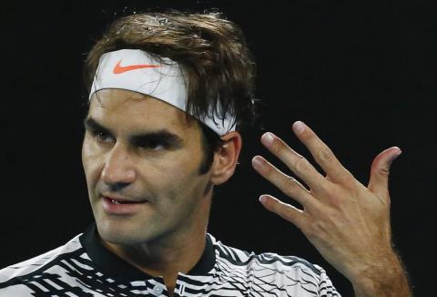 El jugador de tenis Roger Federer celebra un punto.