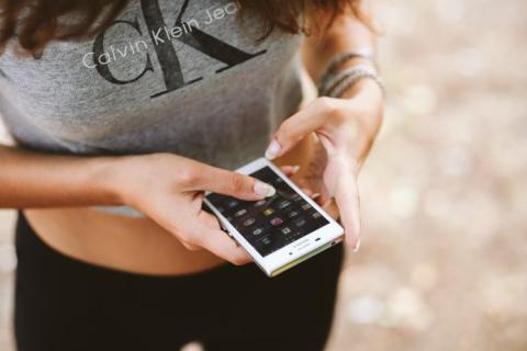 mujer con móvil en la mano