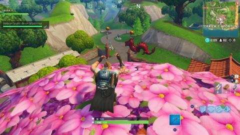 Baila en lo alto de una torre del reloj, un árbol rosa y un trono de porcelana en Fortnite