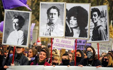 Carteles de mujeres icónicas del feminismo durante la manifestación en Madrid.