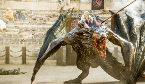 Daenerys Targaryen a lomos de un dragón.