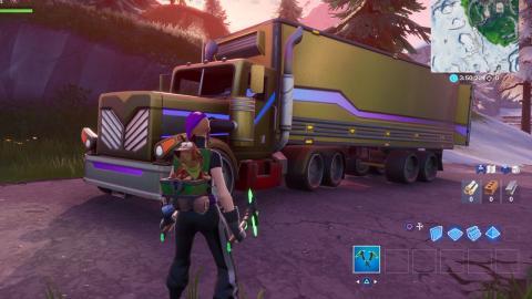 Busca entre un plató, una cabeza de piedra y camión dorado Fortnite