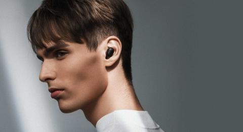 Chico portando los auriculares inalámbricos Redmi AirDots de Xiaomi