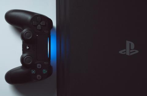 DualShock 4 junto a una PlayStation 4