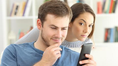 7 señales inequívocas de que alguien te está espiando