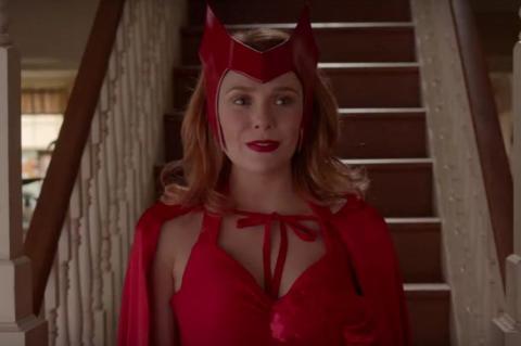 Elizabeth Olsen con el traje clásico de Bruja Escarlata en la serie WandaVisión