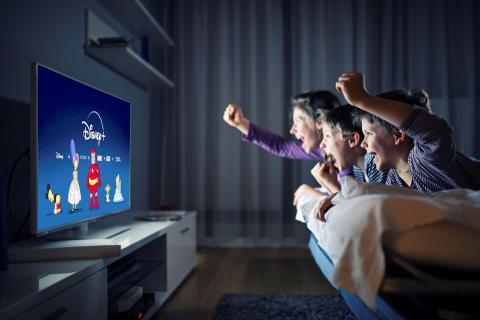 Familia viendo Disney Plus