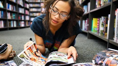 Mujer leyendo cómics en el suelo