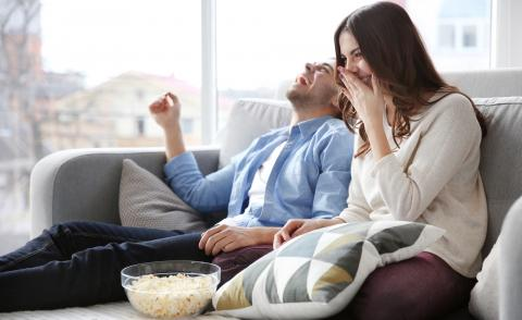 pareja viendo una película de humor en la televisión