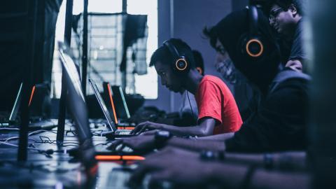 Gamers jugando con portátiles