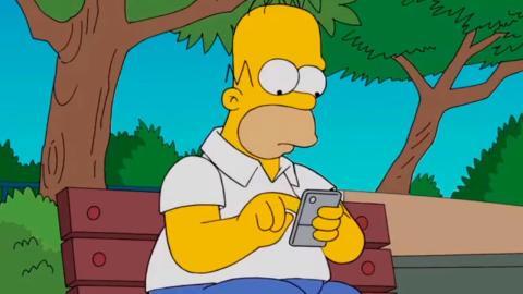Los Simpson - Homer mirando el móvil