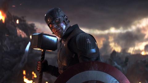 Vengadores Endgame - Capitán América empuñando el Mjolnir