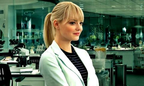 Emma Stone como Gwen Stacy en la película The Amazing Spider-Man