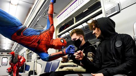 Spider-Man en el metro de San Petersburgo