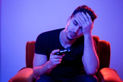 Jugador de videojuegos cansado