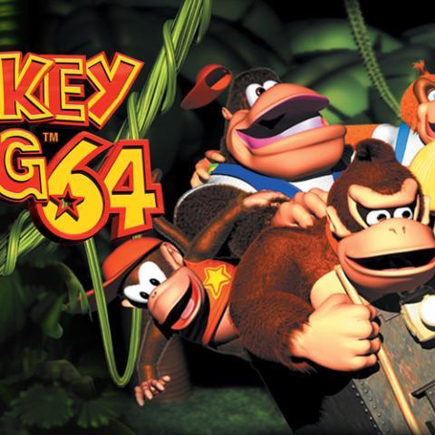 """<div>El gorila más famoso de la historia de los videojuegos y su """"monada"""" de familia dieron el salto a las 3D de Nintendo 64 con un juego que tenía tanto de plataformas como de aventura. De hecho, en lo que a jugabilidad se refiere Donkey Kong 64 y Banjo-Kazooie son bastante similares (tiene sentido, teniendo en cuenta que ambos son de Rare). Cómo olvidar el rap de la introducción...</div>"""
