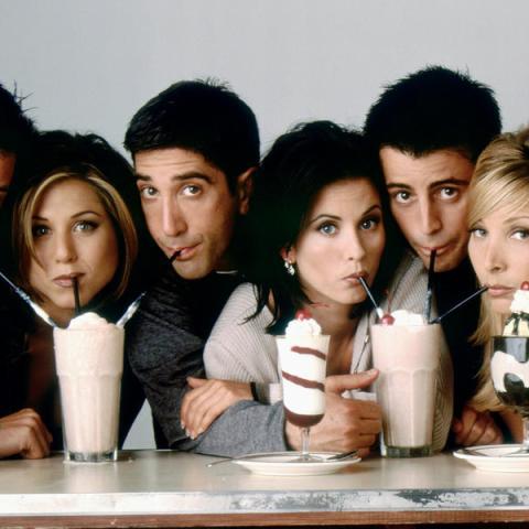 """<div><b><a href=""""https://www.hobbyconsolas.com/card/5643"""">Friends </a></b>es la gran sitcom o serie de comedia de los 90, para bien o para mal. Actualmente <i><b><a href=""""https://www.hobbyconsolas.com/reportajes/friends-llega-netflix-10-mejores-capitulos-serie-60148"""">Friends</a></b></i><a href=""""https://www.hobbyconsolas.com/reportajes/friends-llega-netflix-10-mejores-capitulos-serie-60148""""> está en Netflix y estos son los mejores episodios de la serie</a>, los cuales os señalamos antes de que os pilléis todo el <a href=""""http://amzn.to/2hpVBWa"""">pack con las diez temporadas aventuras</a> deRachel Green, Monica Geller, Phoebe Buffay, Joey Tribbiani, Chandler Bing y Ross Geller. Cabe decir eso sí, que esta sit-como sobre las desventuras, amores y desamores de un grupo de amigos sentó base y sigue siendo una historia de culto con montones de seguidores (que incluso iban en pañales cuando comenzó a emitirse). </div>"""