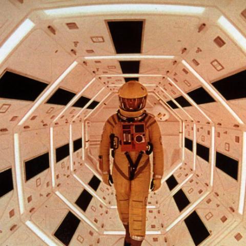 """<div><b>Stanley Kubrick </b>realizó la adaptación cinematográfica de la novela<b><i><a href=""""http://amzn.to/2sFM58i"""">2001: Una odisea espacial</a></i></b><a href=""""http://amzn.to/2sFM58i"""">de Arthur C. Clarke</a>. Y con ella demostró que la Ci-Fi también es un género serio, y no solo serie-B y mero entretenimiento para nerds.Como la novela, la película especula acerca de los orígenes de la inteligencia humana y nuestro procesoevolutivo, y teoriza acerca de cuál será nuestro siguiente paso. Para conducir este discurso, se basa de la lucha entre el hombre y una Inteligencia Artificial en lo más profundo del espacio.</div><div>Os animamos a leer la<a href=""""https://www.hobbyconsolas.com/reviews/cine-ciencia-ficcion-2001-una-odisea-espacio-62602"""">crítica de</a><i><b><a href=""""https://www.hobbyconsolas.com/reviews/cine-ciencia-ficcion-2001-una-odisea-espacio-62602"""">2001: Una odisea en el espacio</a></b></i>. Pero, la verdad, creemos que seguramente prefiráis verla por vosotros mismo antes para acordaros de detalles y elementos que seguramente habréis olvidado. Para eso, nada mejor que la <a href=""""https://www.amazon.es/Kubrick-2001-Odisea-Espacio-Blu-ray/dp/B019IT0J3Q/ref=sr_1_3?ie=UTF8&qid=1497854857&sr=8-3&keywords=2001"""">edición remasterizada y digital de</a><b><i><a href=""""https://www.amazon.es/Kubrick-2001-Odisea-Espacio-Blu-ray/dp/B019IT0J3Q/ref=sr_1_3?ie=UTF8&qid=1497854857&sr=8-3&keywords=2001"""">2001: Una odisea del espacio</a></i></b>.</div>"""