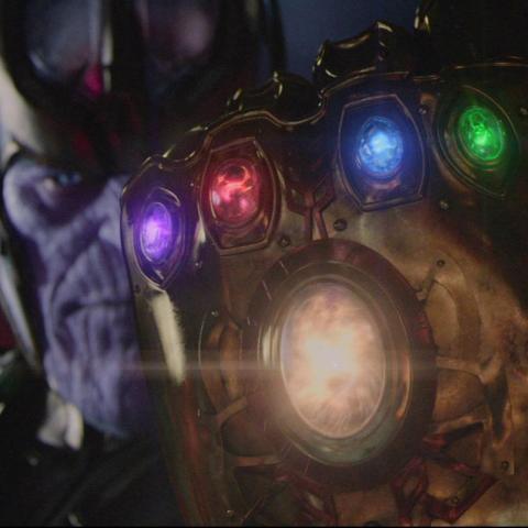 Thanos y el Guantelete del Infinito con las Gemas del Infinito