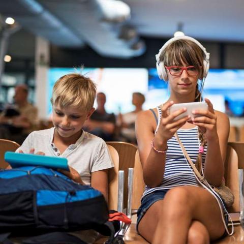 Niños jugando en el móvil