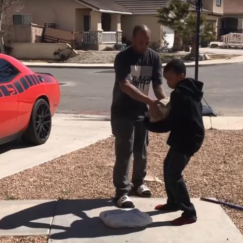 Un padre obliga a su hijo a romper su ps4