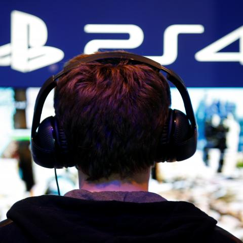 <div>Un niño juega a la PlayStation 4 en un stand.</div>