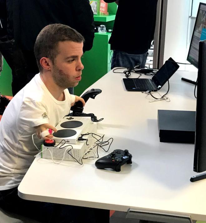 Enrique García, de Fundación ONCE, jugando con Xbox Adaptative Controller