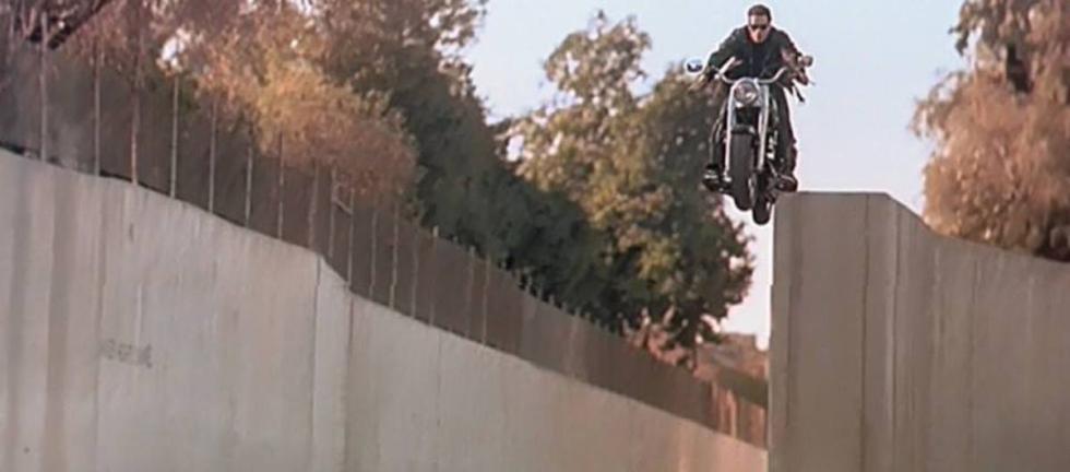Terminator 2: en la Harley Fat Boy saltando