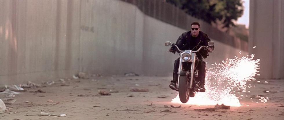 Terminator 2. Aterrizando en la Harley.