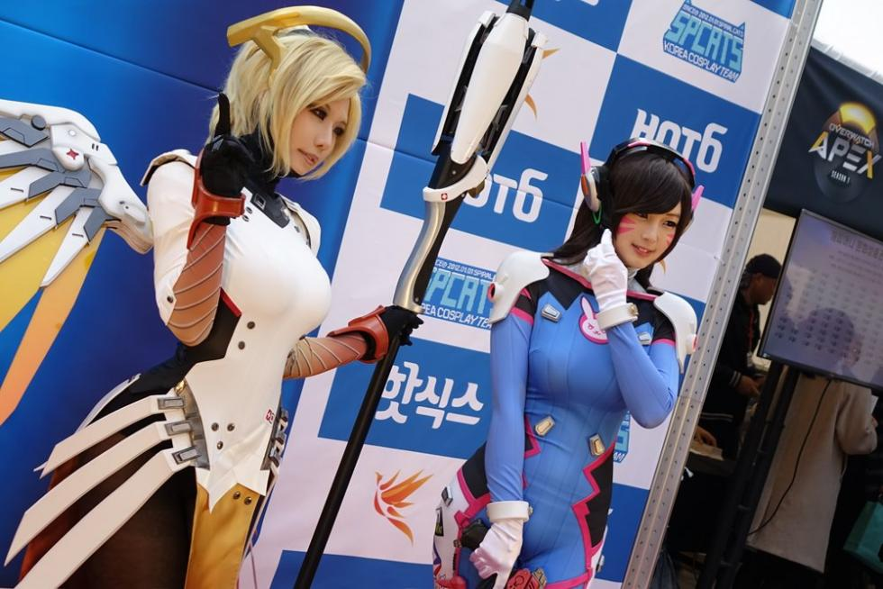 Cosplayers de Spiral Cats con Overwatch
