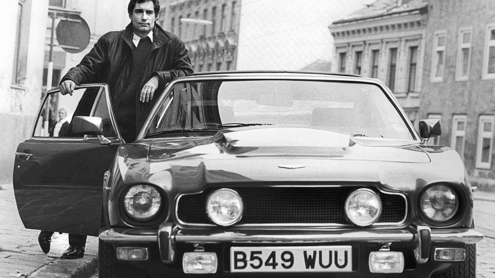 Timothy Dalton en 'Alta tensión' con un Aston Martin V8 Volante