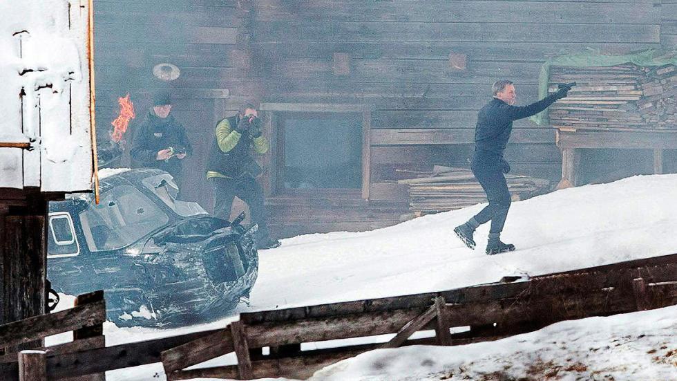 En el rodaje de 'Spectre', conduciendo... ¡Un avión por la nieve!