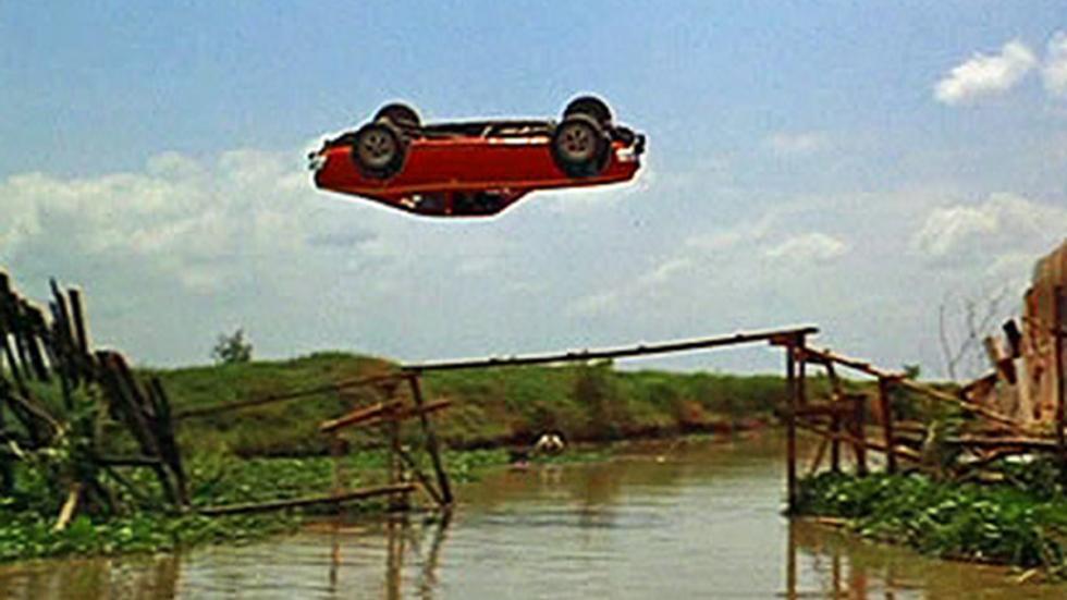 El AMC Hornet en 'El hombre de la pistola de oro' (1974), ¿volando?