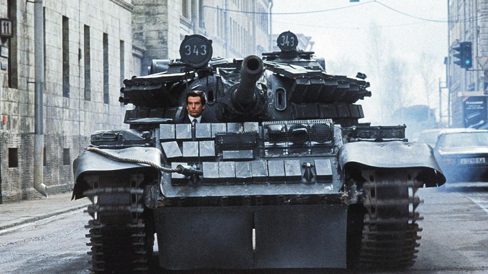 Pierce Brosnan al volante de un tanque en 'Goldenye'.