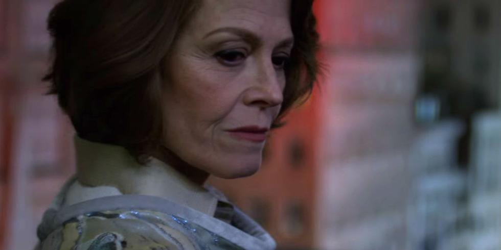 Sigourney Weaver como Alexandra Reid, la villana de The Defenders