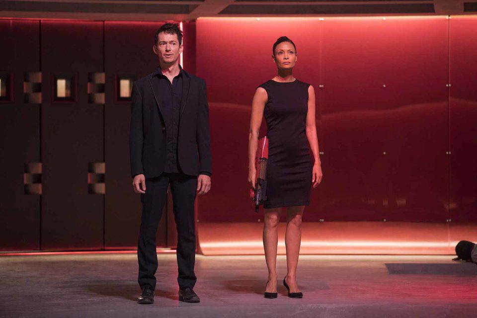 Simon Quarterman y Thandie Newton en la temporada 2 de Westworld