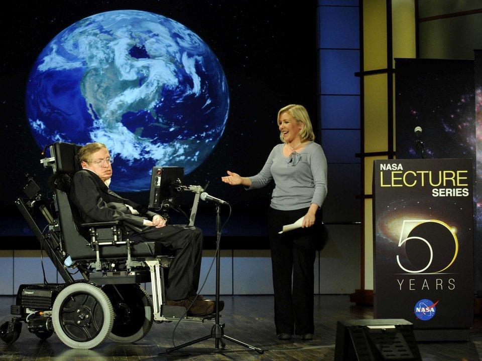 Stephen Hawking aparece en un programa.