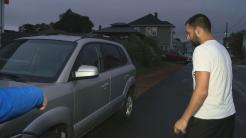 Hombre descubre que le han robado la pieza de su coche