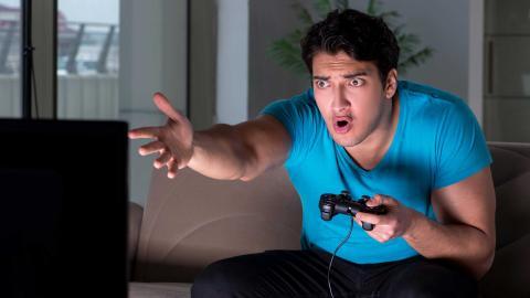Jugador de videojuegos enfadado